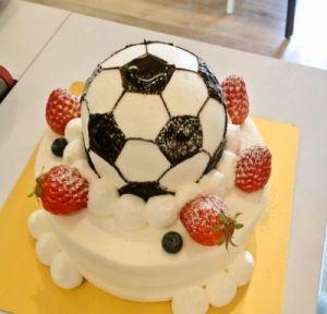 子供の誕生ケーキにひと工夫!子供が大喜びのサッカーボールケーキのサムネイル画像